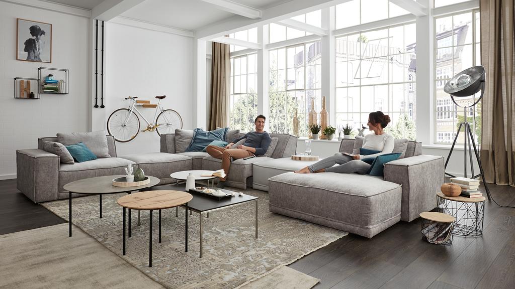 Hochwertig Ein Großes Wohnzimmer Verträgt Große Und Voluminöse Möbel. Zu Schlichte  Möbel Hingegen Würden Sich Optisch In Ihm Verlieren. Statt Einer Schlanken  Couch ...
